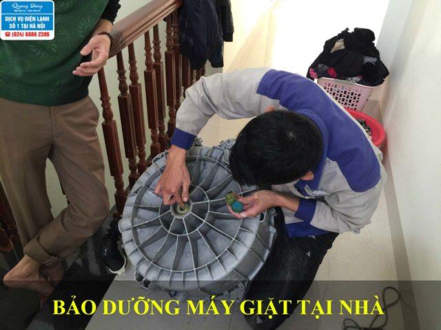Nhân viên Quang Dũng bảo dưỡng máy giặt tại nhà