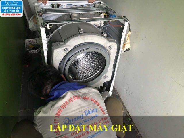 Nhân viên Quang Dũng lắp đặt máy giặt